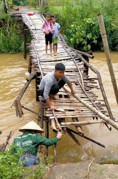 Người dân sửa chữa tạm bợ để trẻ con đi học mỗi ngày.
