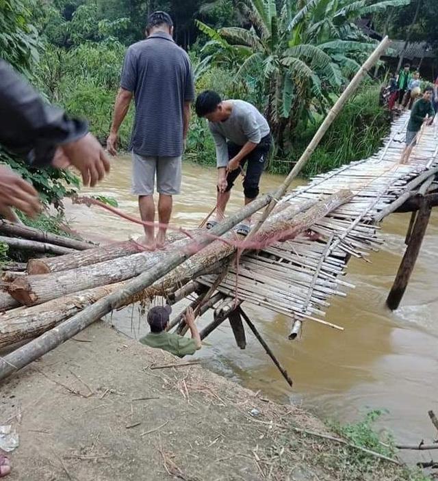 Cây cầu độc đạo nối liền giữa xóm Sát, xã Tự Do, huyện Lạc Sơn, tỉnh Hòa Bình đã xuống cấp trầm trọng.
