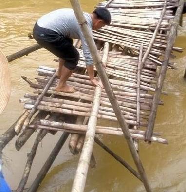 Bề mặt cầu và cấu trúc hai bên cầu đã hư hỏng nặng đến mức không thể sử dụng được nữa.