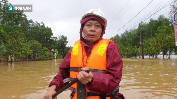 Ông Mai Văn Hoàn, Phó chủ tịch UBND thị trấn Kiến Giang (huyện Lệ Thuỷ, tỉnh Quảng Bình), chèo thuyền chở từng phần quà hỗ trợ đến người dân vùng rốn lũ.