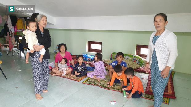 Người già, trẻ em, phụ nữ có con nhỏ tá túc qua những ngày mưa lũ trên tầng 3 căn nhà của vợ chồng anh Lợi.