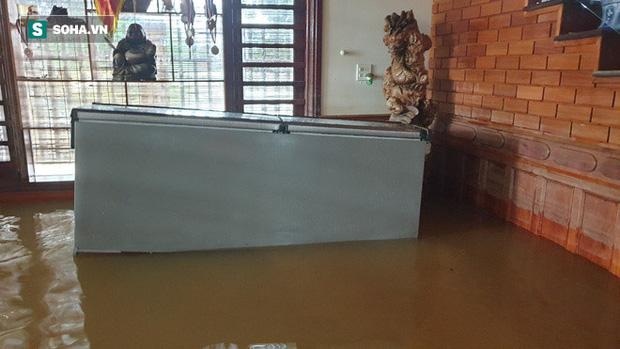 Chiếc tủ lạnh, tài sản nhà anh Lợi vẫn còn trôi nổi ở phòng khách vì nước lũ.