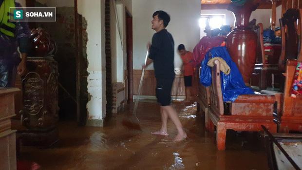 Anh Lợi dọn dẹp căn nhà to đẹp của mình sau khi nước lũ rút.
