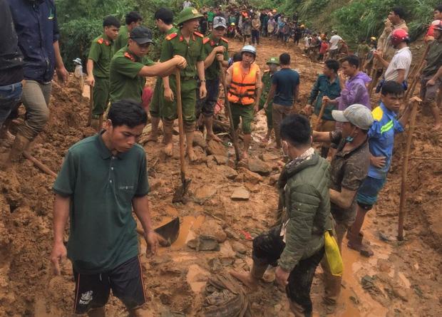 Một vụ sạt lở đất xảy ra tại huyện Hướng Hóa vào chiều 17/10 khiến 6 người bị vùi lấp