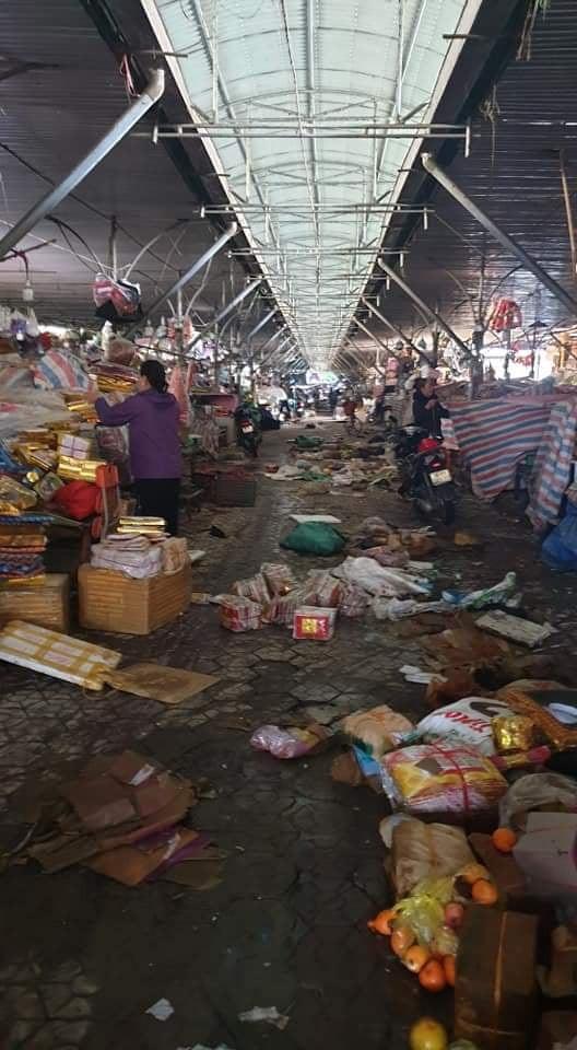 Chợ Hà Tĩnh ngổn ngang sau khi nước lũ rút