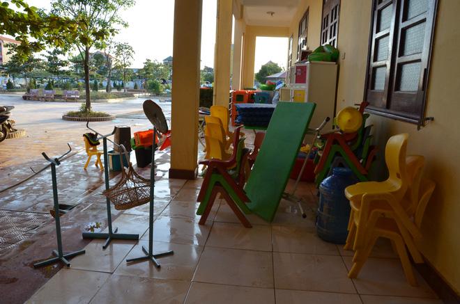 Những chiếc bàn ghế được rửa sạch phơi khô.