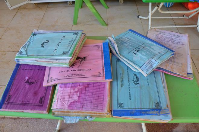Giấy tờ, sách vở, tài liệu giáo trình cũng bị mưa ngập làm ướt, mục nát.