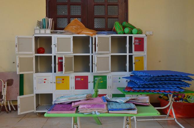 Tại Trường mầm non xã Vạn Ninh, trưa 22/10 các cô giáo tổ chức dọn dẹp, rửa một số đồ dùng cho học sinh.