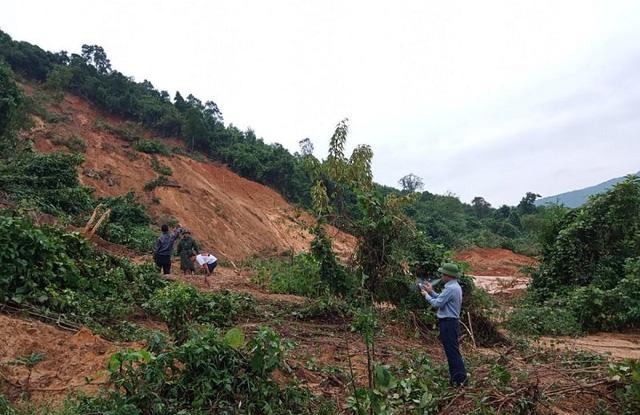 Sạt lở núi uy hiếp nhiều hộ dân ở Quảng Bình.