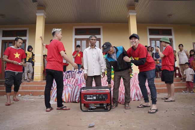 Anh Đức cùng dàn nghệ sĩ mặc áo cờ đỏ sao vàng đi miền Trung tiếp tế cho người dân 8
