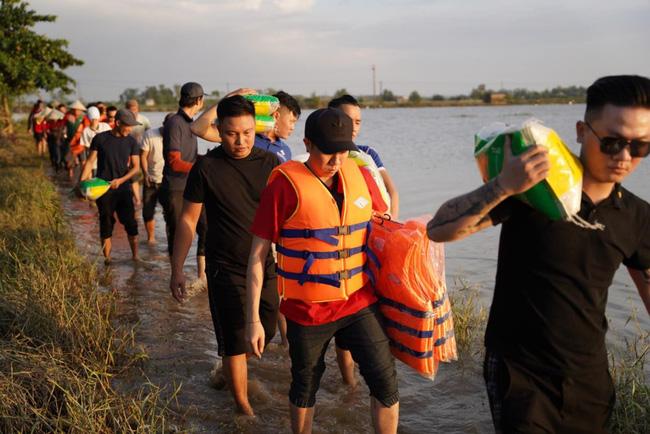 Anh Đức cùng dàn nghệ sĩ mặc áo cờ đỏ sao vàng đi miền Trung tiếp tế cho người dân 3