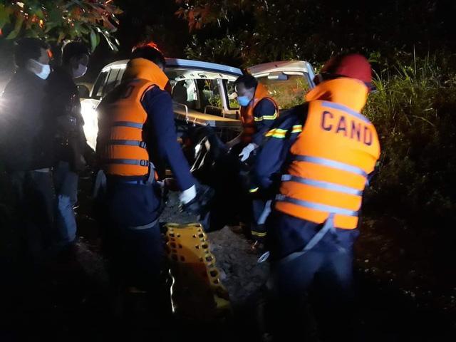 Lực lượng cứu hộ xuyên đêm đưa thi thể nạn nhân thứ 5 mất tích rời khỏi hiện trường.