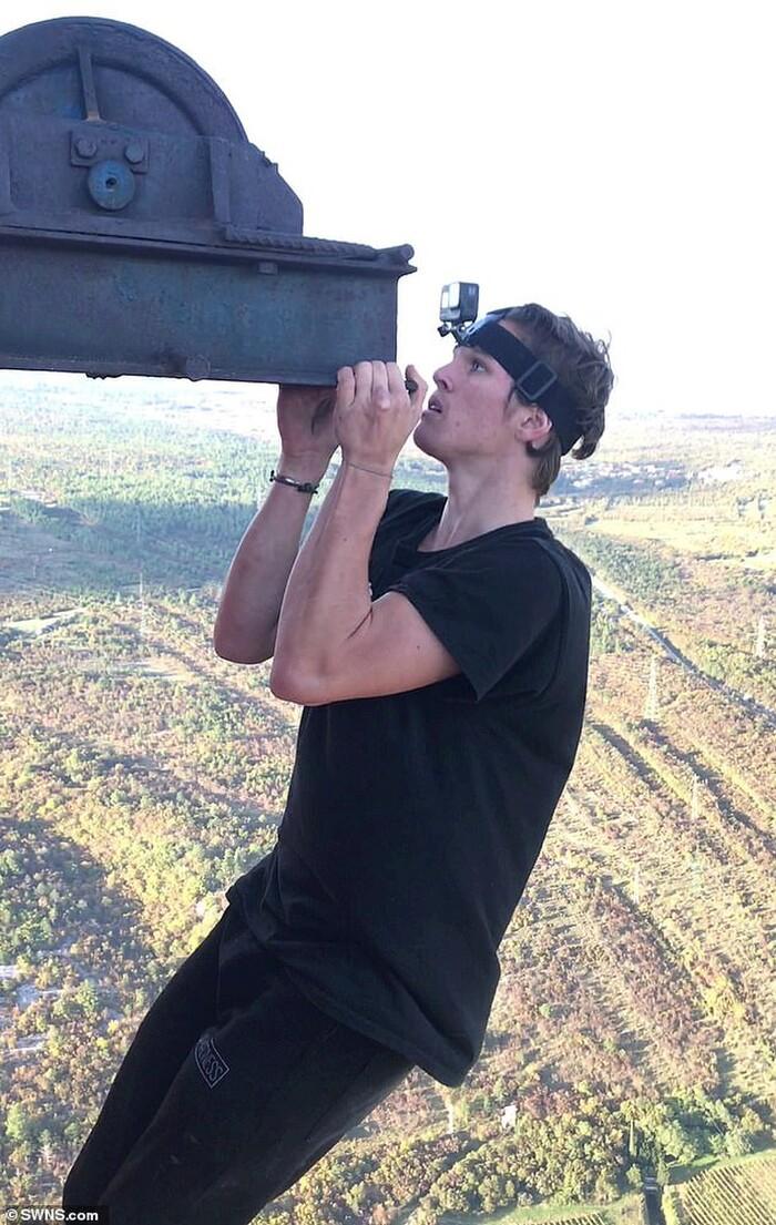'Đứng tim' trước cảnh anh chàng liều mạng treo mình lơ lửng bằng một tay ở độ cao 340 m 0