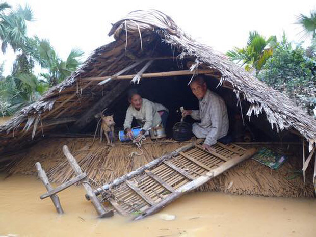 Bão lũ ở miền Trung gây thiệt hại nặng nề.