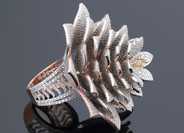 Chiếc nhẫn hình bông hoa đính nhiều viên kim cương nhất thế giới