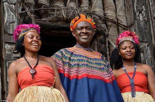 Vua Abumbi II cùng hai người vợ. Ảnh: Alamy