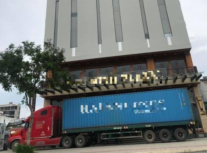 Nhiều nhà hàng, khách sạn... trên đường phố Đà Nẵng đã huy động xe container đến trước cửa để chắn bão.