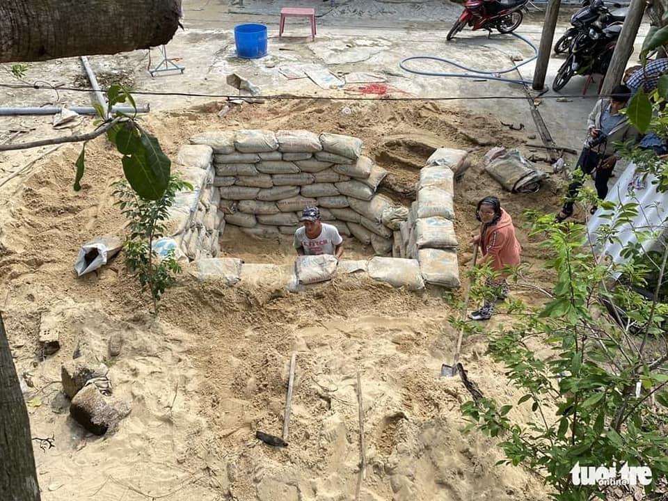 Xót xa cảnh người dân miền Trung làm mọi cách giảm thiệt hại của bão số 9 10
