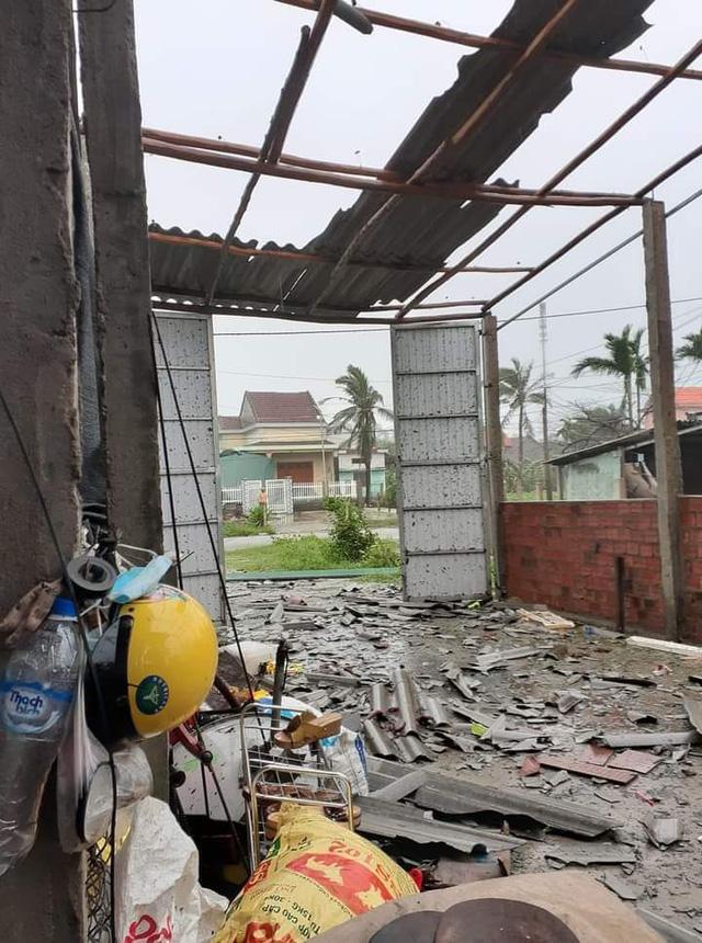 Hình ảnh hoang tàn trong sau khi bão quét qua ở ngôi nhà của chị Hoàng Kim Thành, Sơn Tịnh, Quảng Ngãi.