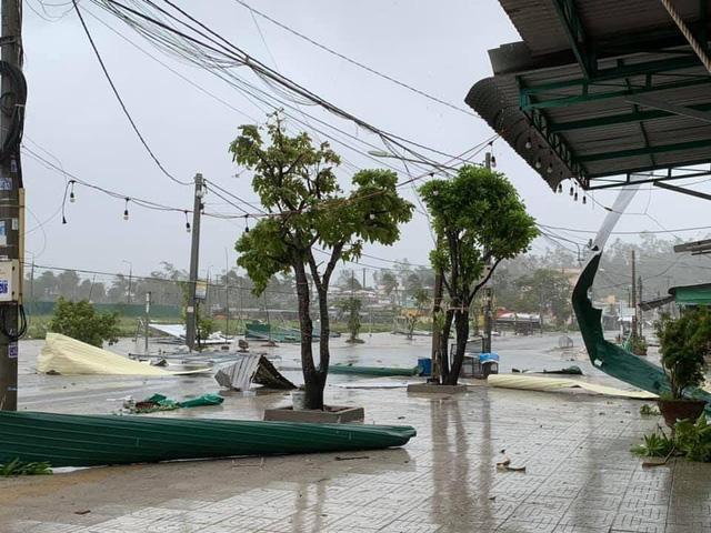 Hình ảnh mái tôn bay ngổn ngang, tắc ngẽn trên hầu hết các tuyến đường của thành phố Quảng Ngãi.