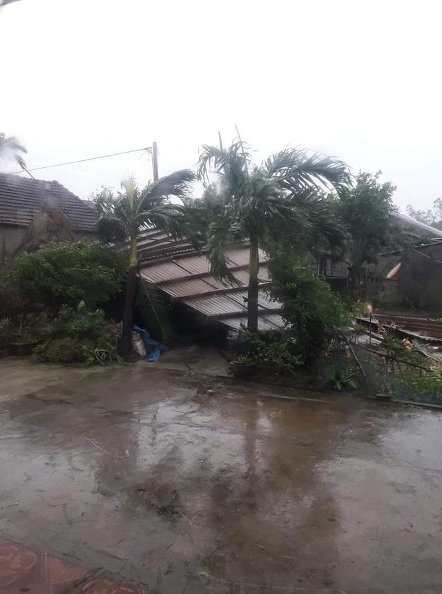 Tuy gió đã ngớt nhưng người dân trên địa bàn thành phố Quảng Ngãi vẫn phải 'phòng thủ' ở các chốt sơ tán vì gió nồm sau bão đang khiến các tấm tôn bay ngổn ngang trên đường gây nguy hiểm.