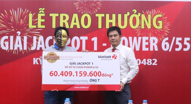 Đại diện Vietlott trao Jackpot gần 60 tỷ đồng cho người chơi tại Vĩnh Long