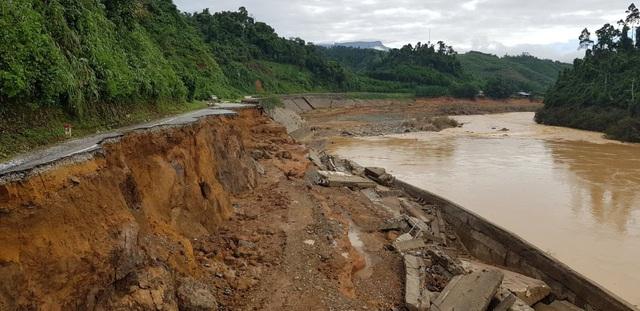 Sạt lở tuyến đường Hồ Chí Minh qua địa bàn huyện Phước Sơn do mưa lũ bão số 9.