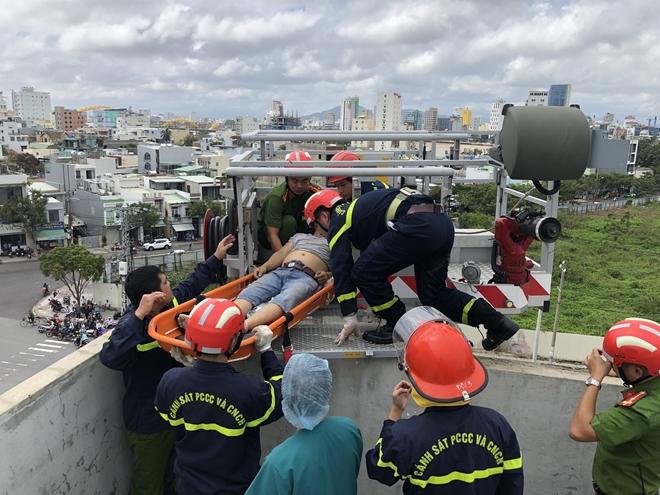 Lực lượng cứu hộ triển khai đưa nạn nhân lên xe thang