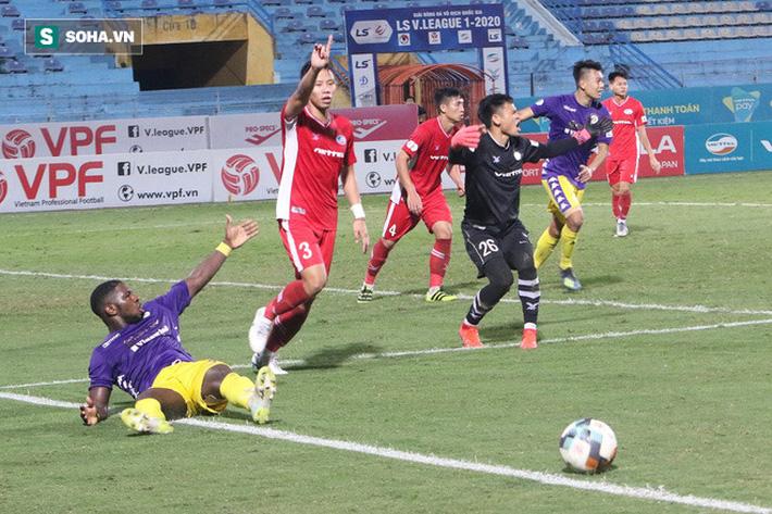 Tình huống diễn ra ở phút 90+2 khi Rimario thoát xuống và ngã trong vòng cấm địa sau pha tranh bóng với thủ môn Nguyên Mạnh. Đây là thời điểm Hà Nội FC đang dồn toàn lực tấn công để tìm kiếm chiến thắng.