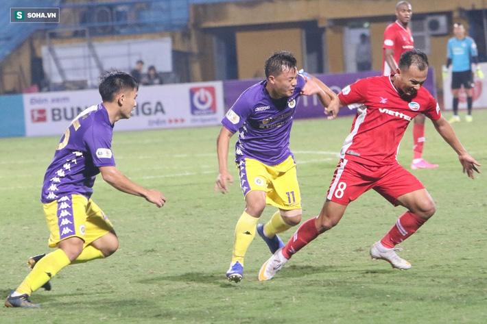 Quế Ngọc Hải mắng xối xả tiền đạo Hà Nội FC, đòi trọng tài rút thẻ đuổi đối thủ khỏi sân 8