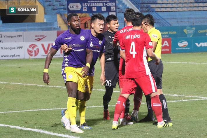 Trọng tài Nguyễn Ngọc Châu cũng nhanh chóng chạy tới để làm dịu tình hình. Việc ông không rút ra thẻ phạt nào ở tình huống này khiến các cầu thủ Viettel không đồng tình.