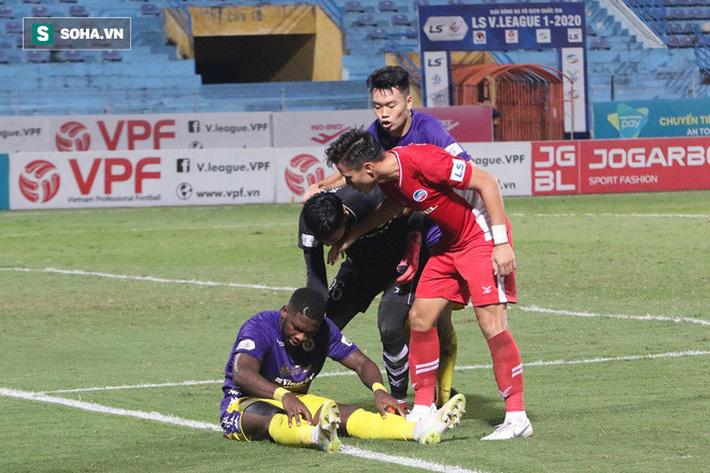 Tuy nhiên trọng tài chính Nguyễn Ngọc Châu xác định không có lỗi và không thổi phạt penalty cho Hà Nội FC. Ngay lập tức, Quế Ngọc Hải và Nguyên Mạnh tiến lại phía Rimario để phản ứng vì cho rằng cầu thủ này đã cố tình ăn vạ.