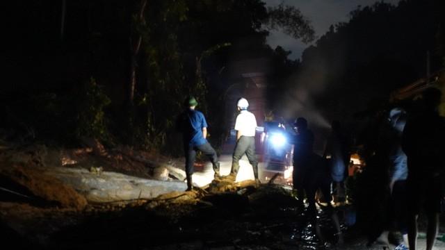 Lực lượng chức năng khẩn trương thông đường vào khu vực sạt lở Trà Leng (Ảnh: TTXVN)