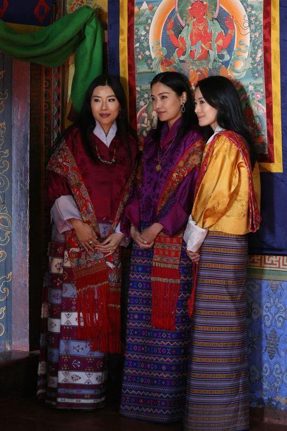 Hoàng hậu Jetsun Pema (ở giữa) đứng cạnh chị gái mình (ngoài cùng bên phải).