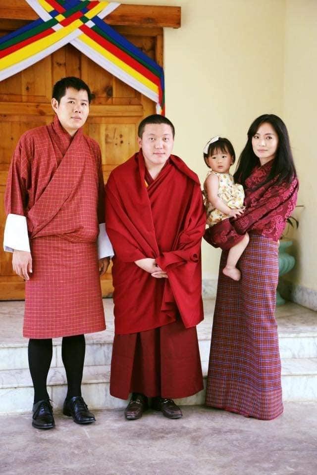 Yeatso Lhamo bế con gái và chồng (ngoài cùng bên trái).