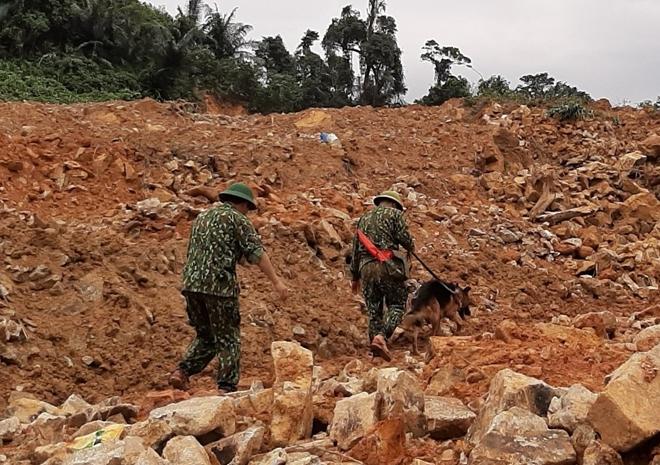 Đội chó nghiệp vụ và các huấn luận viên thuộc trường Trung cấp 24 Biên phòng tham gia công tác tìm kiếm nạn nhân còn mất tích tại Rào Trăng 3.