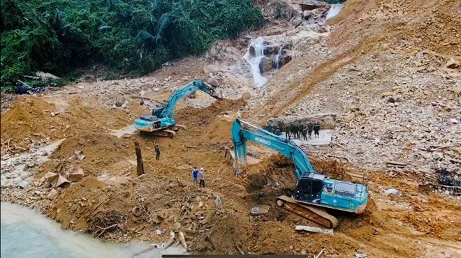Địa hình hiểm trở, thời tiết bất lợi khiến công tác tìm kiếm các nạn nhân gặp nhiều khó khăn.
