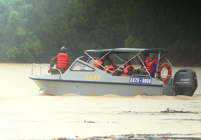 CBCS Công an tỉnh Thừa Thiên Huế được huy động tham gia công tác CNCH, tìm kiếm các nạn nhân mất tích ở Rào Trăng 3.