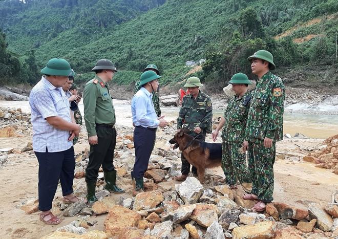 Chủ tịch UBND tỉnh Thừa Thiên Huế Phan Ngọc Thọ thăm hỏi, động viên lực lượng CNCH tại Rào Trăng 3 trong ngày 30/10.