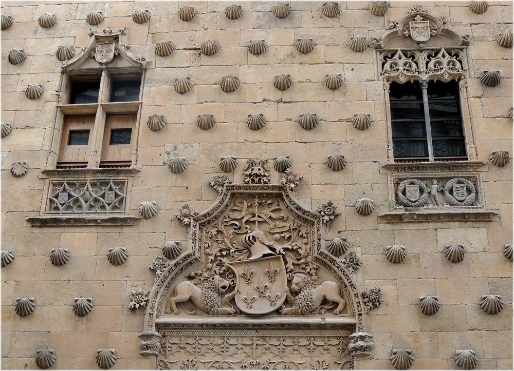 Những vỏ sò bên ngoài tòa nhà mà người ta cho rằng bên trong có giấu tiền vàng