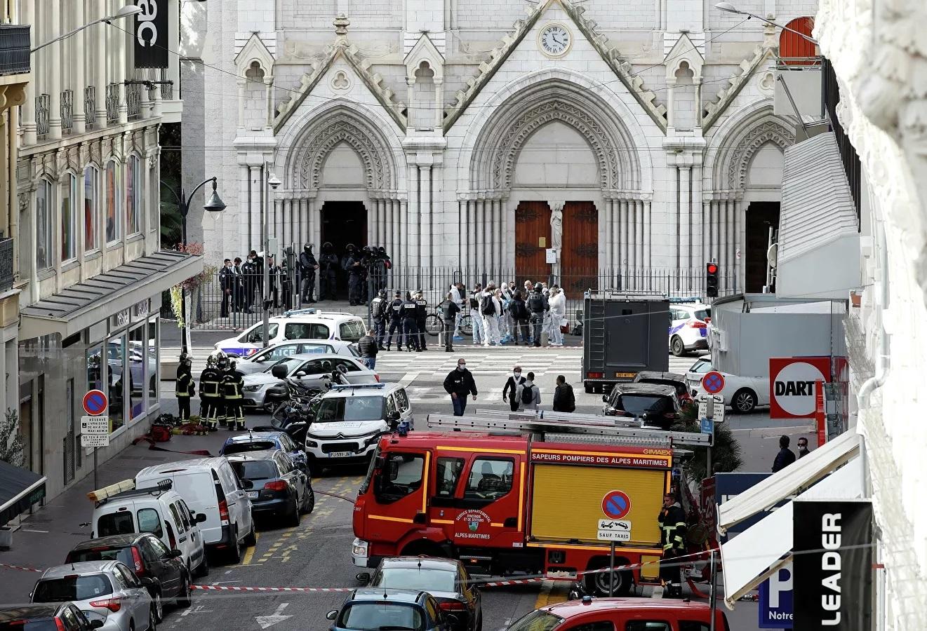 Hiện trường vụ tấn công bên ngoài nhà thờ Đức Bà ở Nice, Pháp.