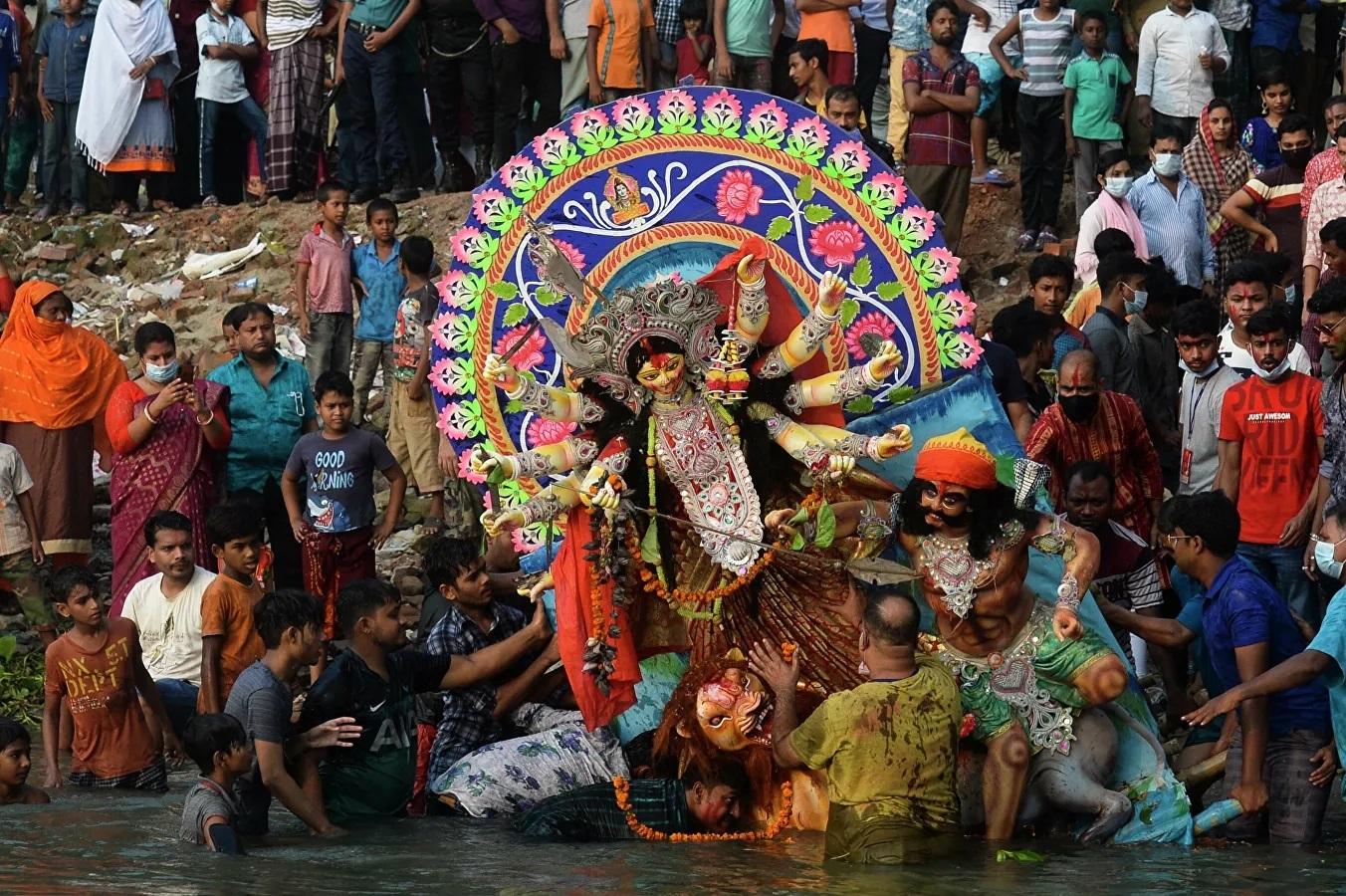 Những người theo đạo Hindu bên cạnh tượng đất sét nữ thần Durga trong ngày cuối cùng của lễ hội Durga Puja.