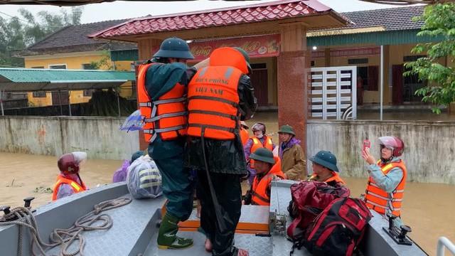 Nước sông dâng cao, lính biên phòng giải cứu hơn 200 người dân 'ốc đảo' Hồng Lam 8