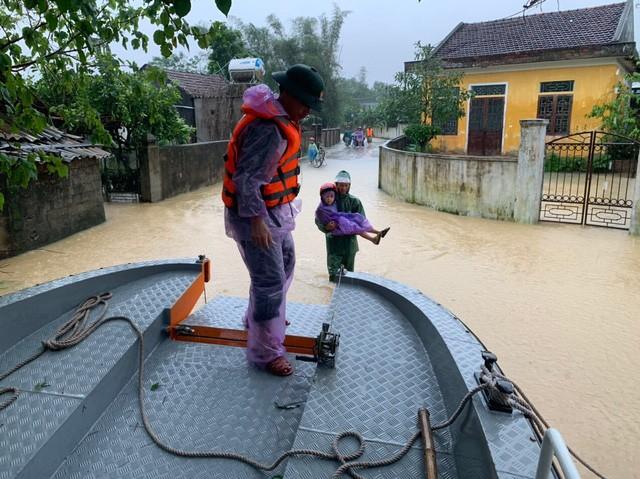Nước sông dâng cao, lính biên phòng giải cứu hơn 200 người dân 'ốc đảo' Hồng Lam 7