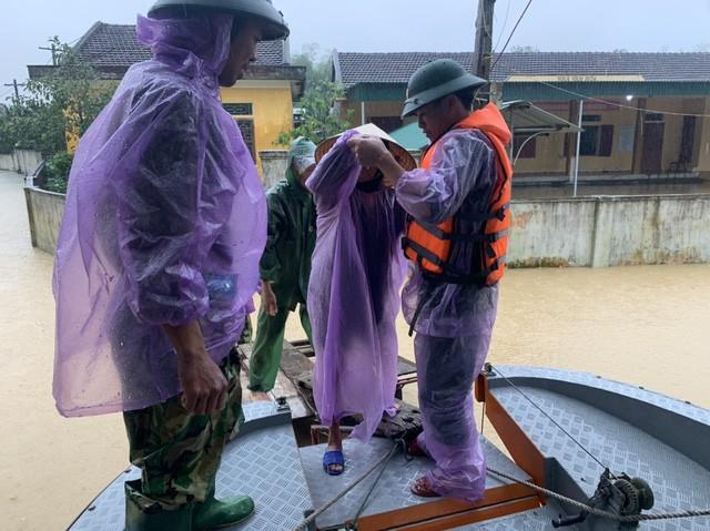 Lực lượng chức năng đưa người dân đến nơi tránh trú.