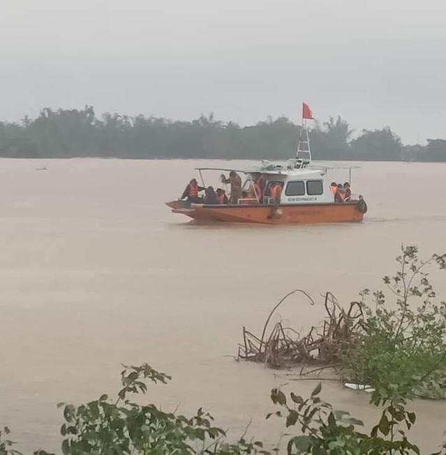Lực lượng chức năng dùng cano đưa người dân đến nơi tránh trú