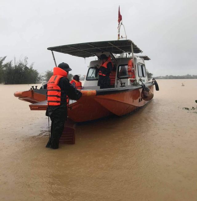 Mưa lớn, nước chảy xiết khiến việc cứu hộ gặp nhiều khó khăn.