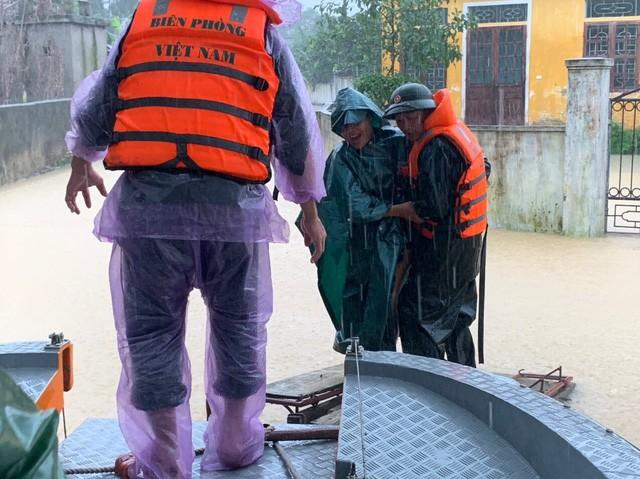 Nước sông dâng cao, lính biên phòng giải cứu hơn 200 người dân 'ốc đảo' Hồng Lam 6