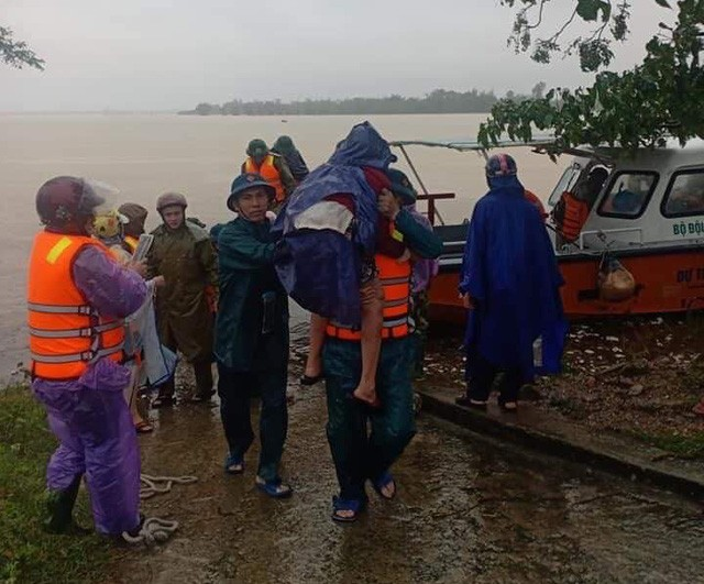 72 hộ dân với 220 nhân khẩu trong thôn được đưa đến nơi an toàn.