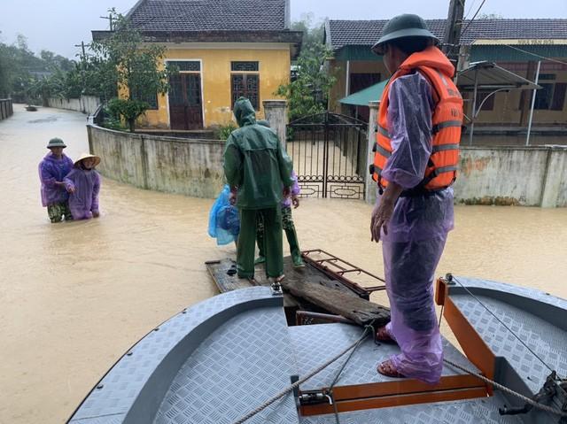 Nước sông dâng cao, lính biên phòng giải cứu hơn 200 người dân 'ốc đảo' Hồng Lam 4